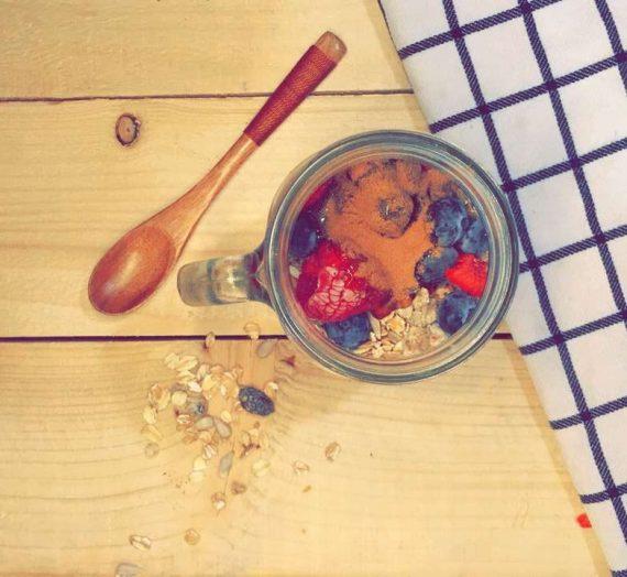 الزبادي مع الجرانولا و الفواكه