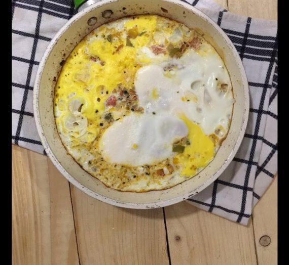 عجة البيض ، مع الكثير من الخضار